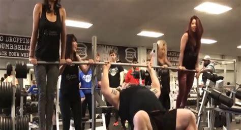 eddie hall bench press بالفيديو رجل قوي يرفع 4 فتيات بدلا من الأثقال sputnik