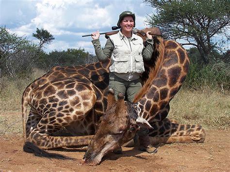imagenes de jirafas en familia una familia posa junto a una jirafa que han cazado por