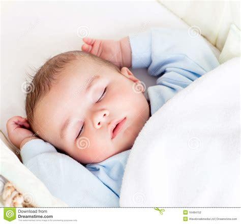 neonato nella neonato dorme pacificamente nella sua fotografia