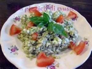 basilico piastrelle insalata di grano integrale con basilico fiocchi di latte