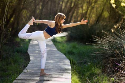 imagenes yoga naturaleza joven hermosa mujer haciendo yoga en la naturaleza