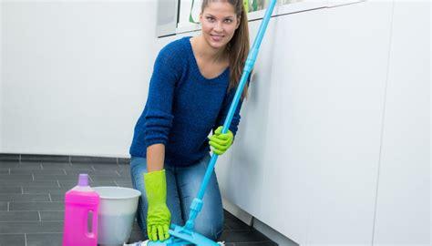 Linoleum Pflege Hausmittel by Linoleum Reinigen 6 Tipps Haushaltstipps Net