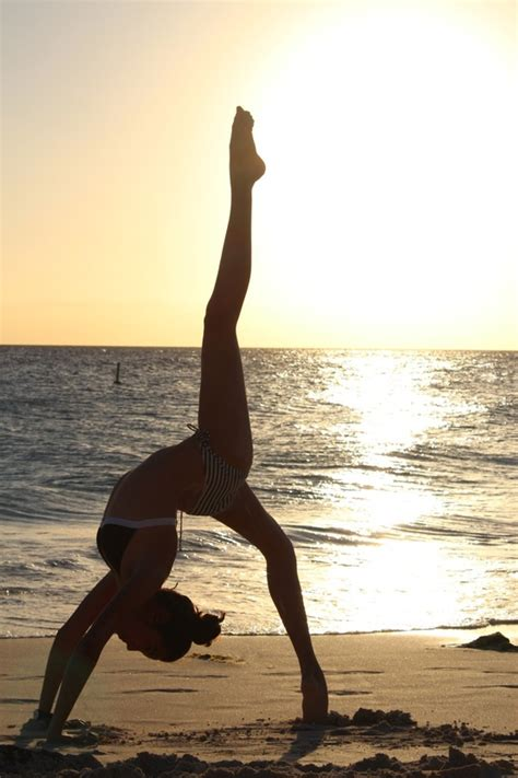 imagenes de parejas haciendo yoga 17 mejores im 225 genes sobre posturas de yoga en pinterest