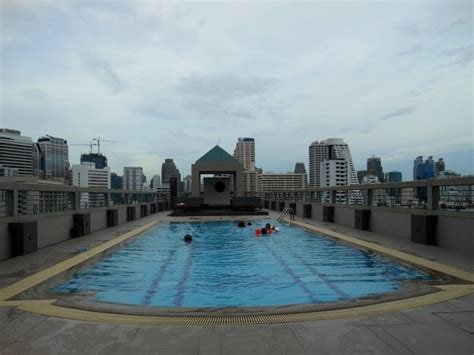 Zwembad op dak Chateau de Bangkok   Foto   Wouter en ...