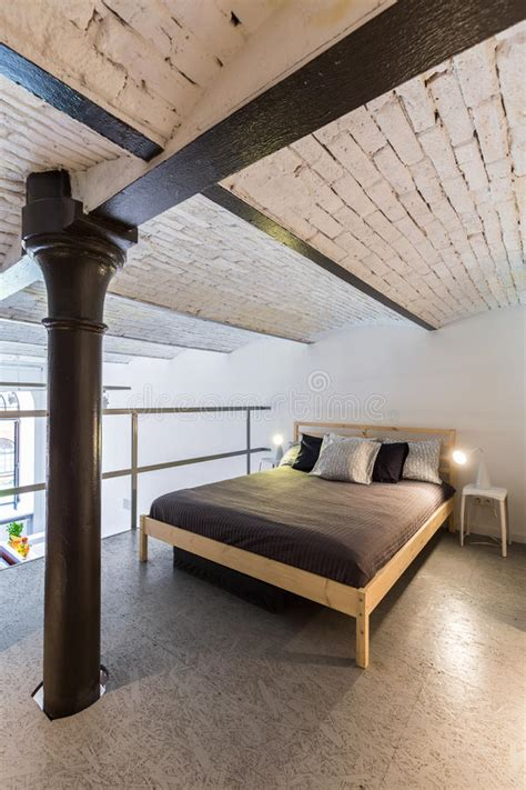 slaapkamer l industrieel mezzanine slaapkamer in industrieel stijlidee stock