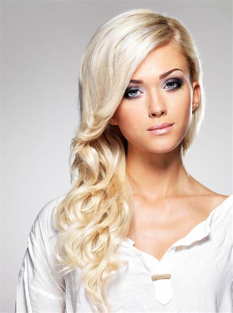 Frisuren Lang Blond by Blond Gef 228 Rbte Haare In Langer Lockenfrisur Lange