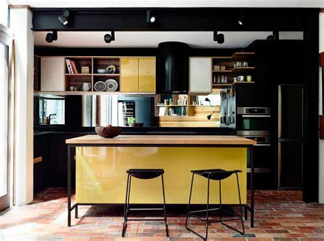 cuisine jaune et noir ambiance accueillante et conviviale dans une cuisine jaune