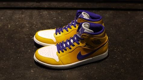 Lakers Retro White air 1 retro mid lakers sole collector