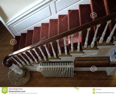 treppenhaus teppich haus sunlit treppenhaus mit rotem teppich stockfoto