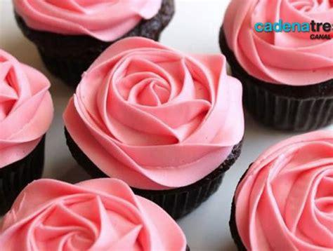 como decorar cupcakes con betun receta cupcakes con bet 250 n de queso crema al lim 243 n y flores