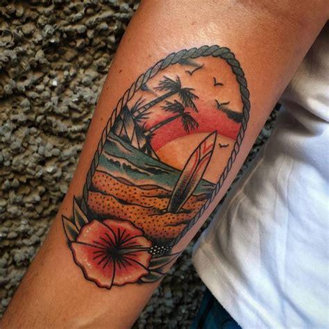 tatuaje de una playa con una tabla de surf