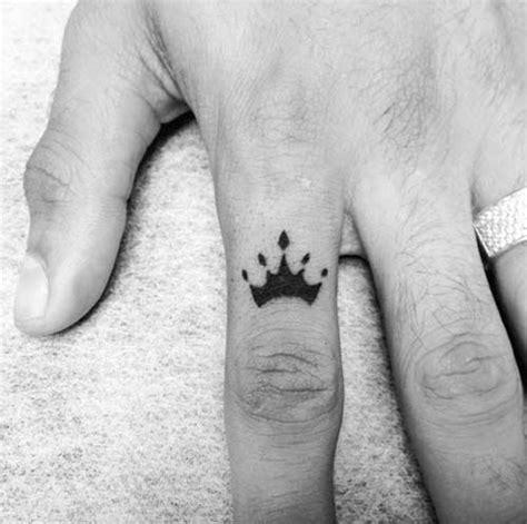 tattoo finger krone die besten 25 tattoo krone hals ideen auf pinterest