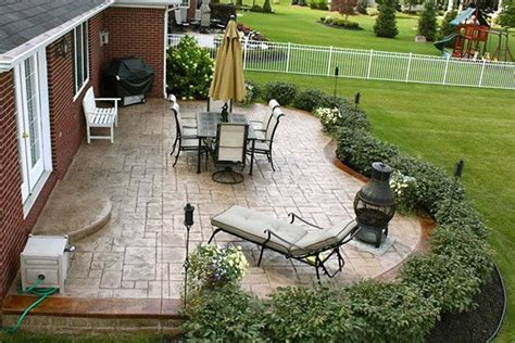 Nice shrubbery layout around the patio   Landscape Ideas