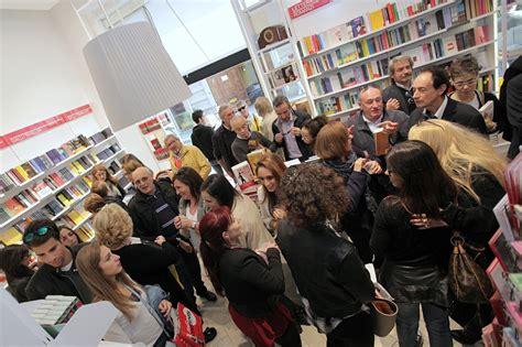 libreria mondadori varese folla all inaugurazione bookstore mondadori turismo