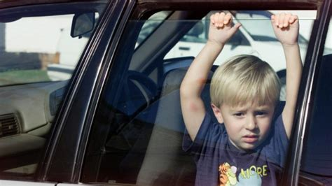 leaving in car wwn s guide to leaving your kid in the car while you run to the shop for two minutes