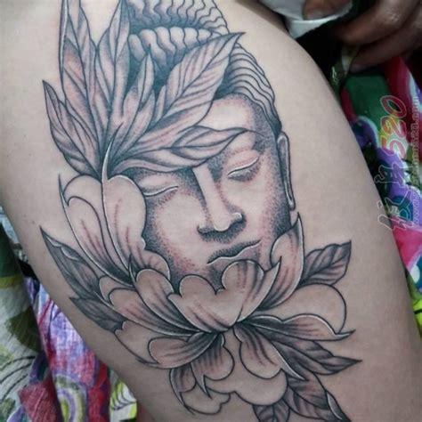 男生大腿上黑灰点刺简单线条花朵和弥勒佛纹身图案