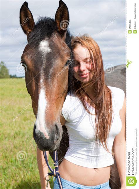 animalismo mujer folia con caballo caballo y mujer joven foto de archivo imagen de marr 243 n