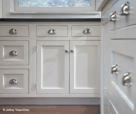 kitchen cabinet knobs or pulls best 25 kitchen cabinet hardware ideas on pinterest