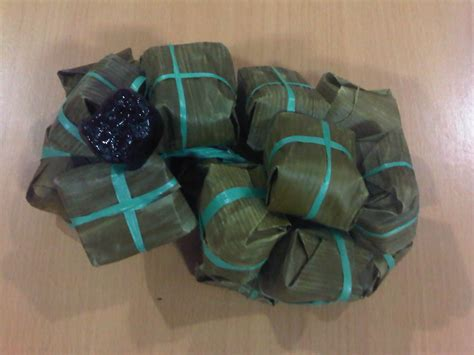 camilan tradisional dibungkus daun