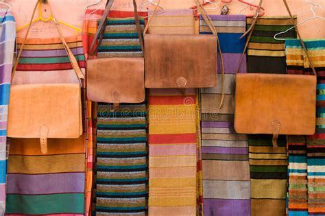 bolsos de cuero marruecos bolsos de cuero y mantones en mercado en marruecos foto de