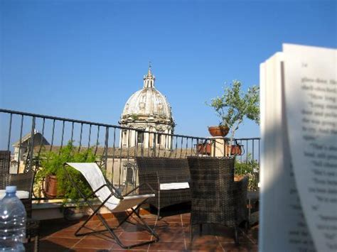 hotels in co de fiori reading and relaxing on the rooftop foto boutique hotel
