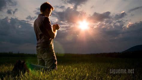 imagenes de hombres orando de rodillas nuestro ayudador en la oracion bendici 233 ndote fm