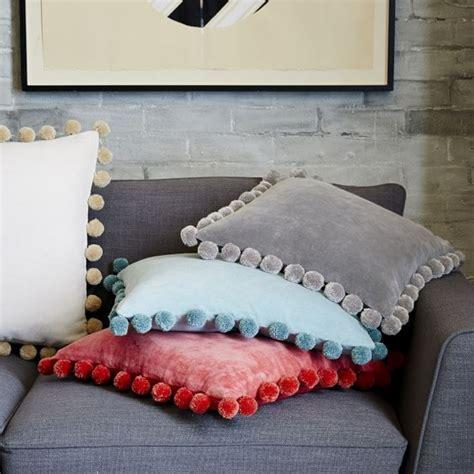kissen design verspieltes kissen design mit quasten und pompons