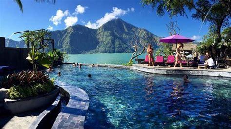 Pemandian Air Panas di Bali dengan Latar Pemandangan yang
