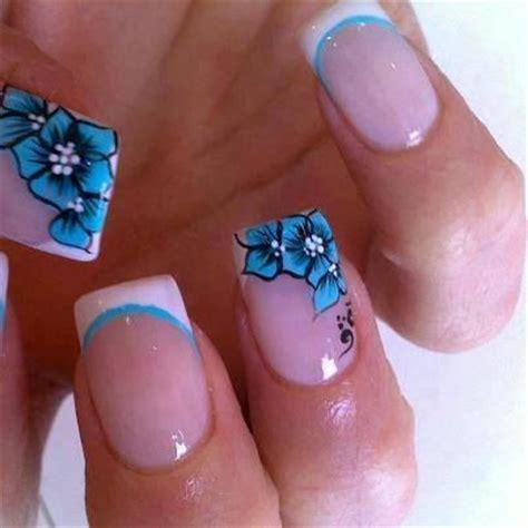 disenos de unas  flores en azul clarito disenos de