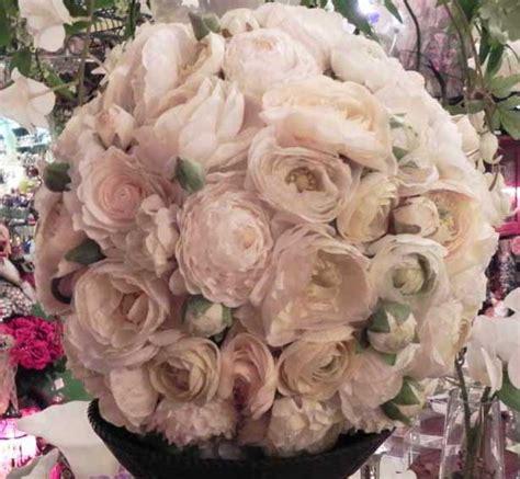 palla di fiori sfera di ranuncoli avorio coroncine e sfere di fiori
