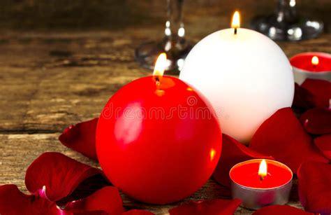 candele e petali di rosa candele rotonde in petali rosa sera romantica per il