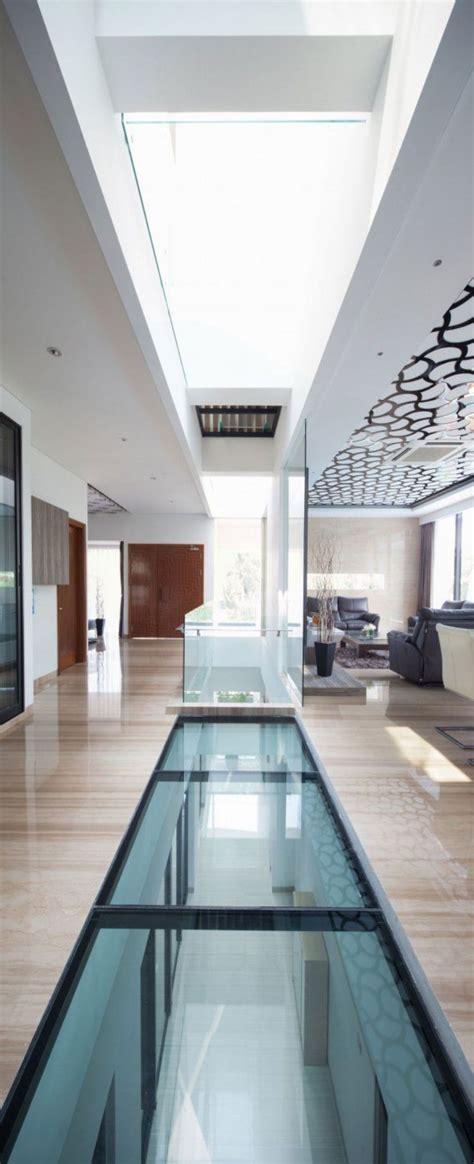 faux plafond design avec puits de lumiere sol en