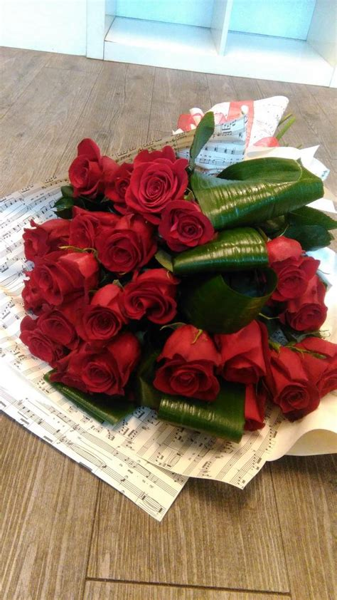 fiori stelo lungo mazzo di rosse a stelo lungo