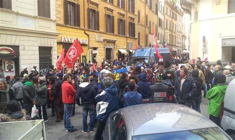 sede pd a roma manifestazione per la chiusura dei cie sotto la sede