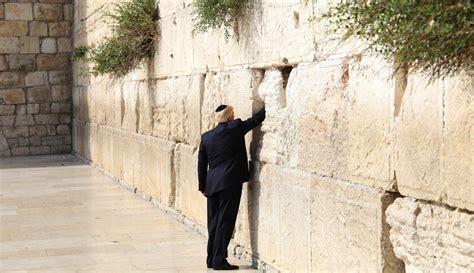 Tv Yang Ditempel Di Tembok jadi presiden as pertama yang kunjungi tembok