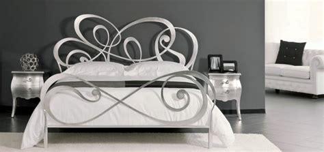 con letto in ferro battuto letto matrimoniale in ferro battuto con linee curve