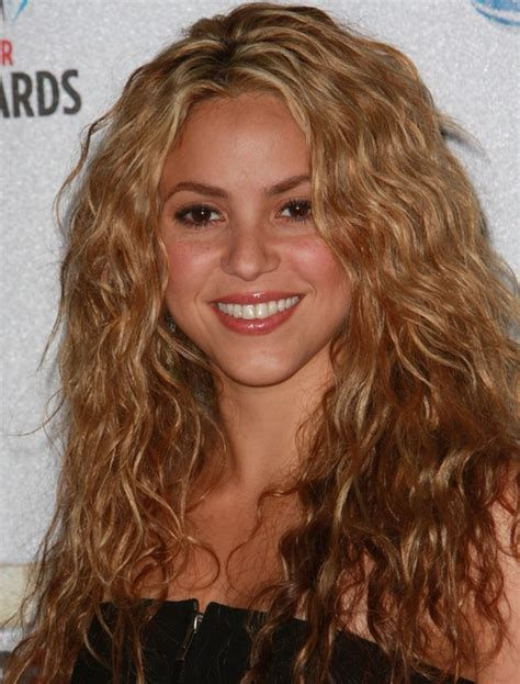 is shakiras hair naturally curly pictures celebrities with curly hair shakira curly hair