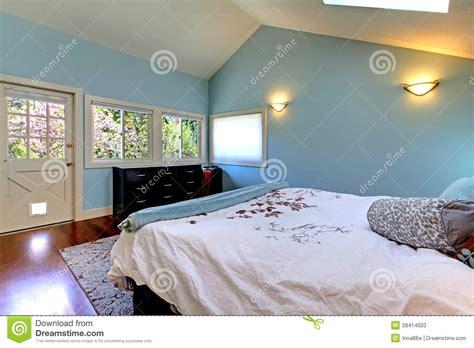 blaues schlafzimmer blaues schlafzimmer mit bett und oberlicht stockfotos