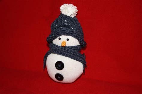 pupazzo di neve con bicchieri di plastica tutorial tutorial pupazzo di neve con vecchio calzino diy