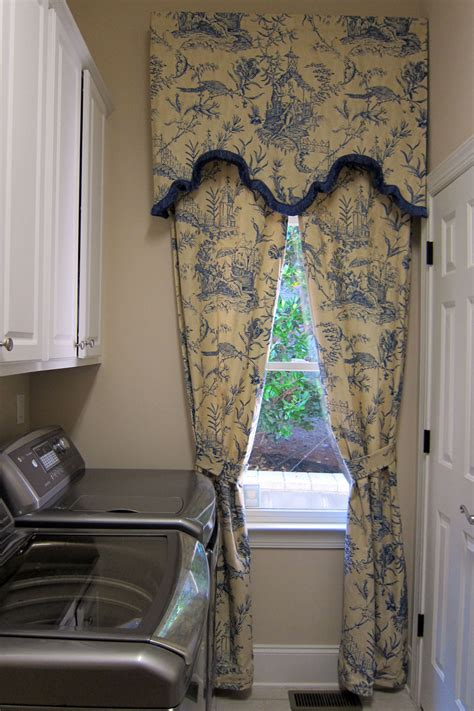 Chinoiserie Toile Window Treatment: Sort Cornice with Trim