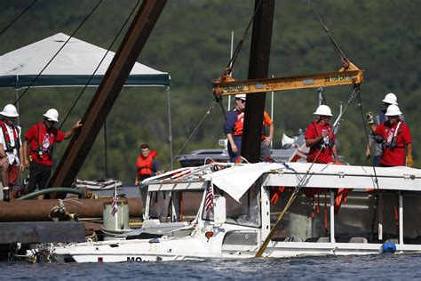 duck boat indictments missouri tour boat captain indicted after sinking kills 17