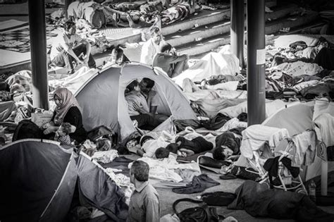 black station ambient creepy horror g1 foto registra beijo de refugiados em tenda em
