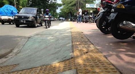 Tikar Lipat Tanah Abang trotoar jakarta belum ramah bagi tunanetra news liputan6