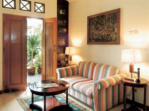 desain interior ruang tamu pintu tengah cara menata ruang tamu kecil agar rapi desain ruang tamu