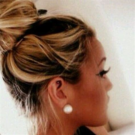 chigon blonde highlights messy bun dark base blonde highlights hair pinterest