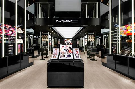 Bedak Mac Di Counter mac apre negozio a roma vogue it