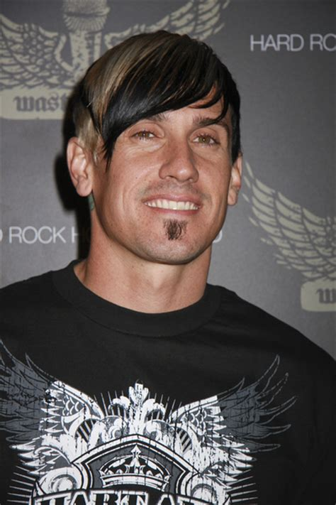 carey hart short haricut carey hart with edgy two tone style