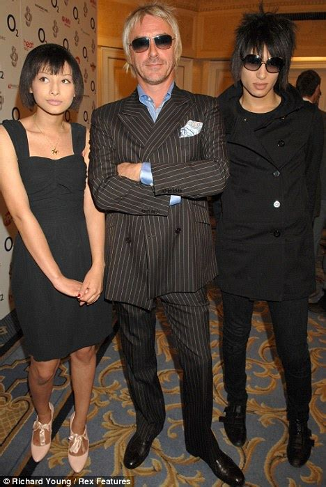 dee c lee foto e paul weller gets engaged to his 24 year old girlfriend