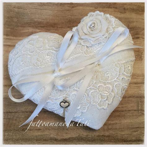 cuscini fedi cuscino per fedi a forma di cuore in lino bianco e pizzo