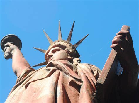 imagenes surrealistas de libertad fotos la estatua de la libertad tambi 233 n est 225 en argentina